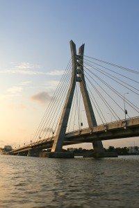Lekki Bridge en bateau