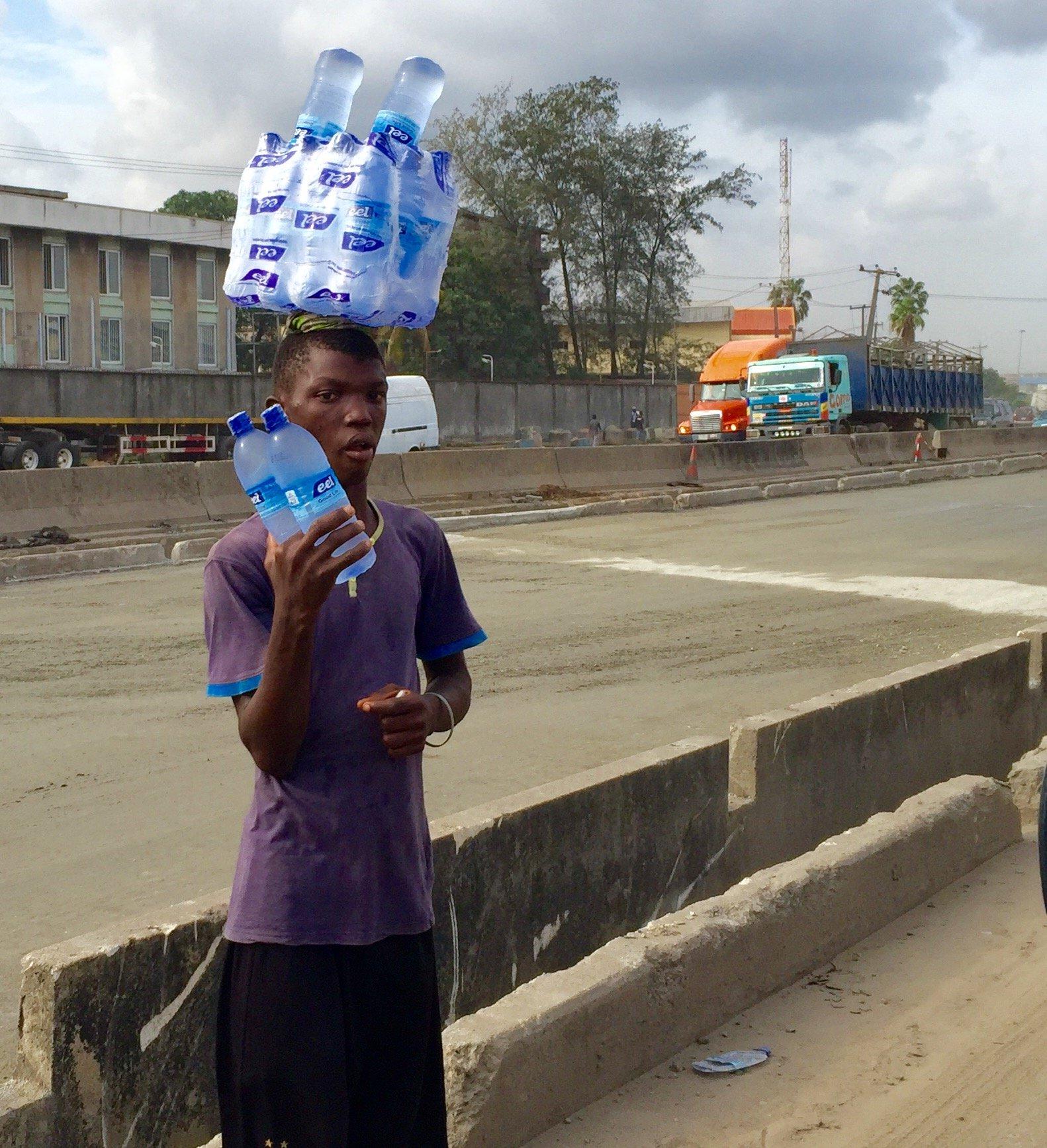 Vendeur eau minérale Amuwo 24 mai