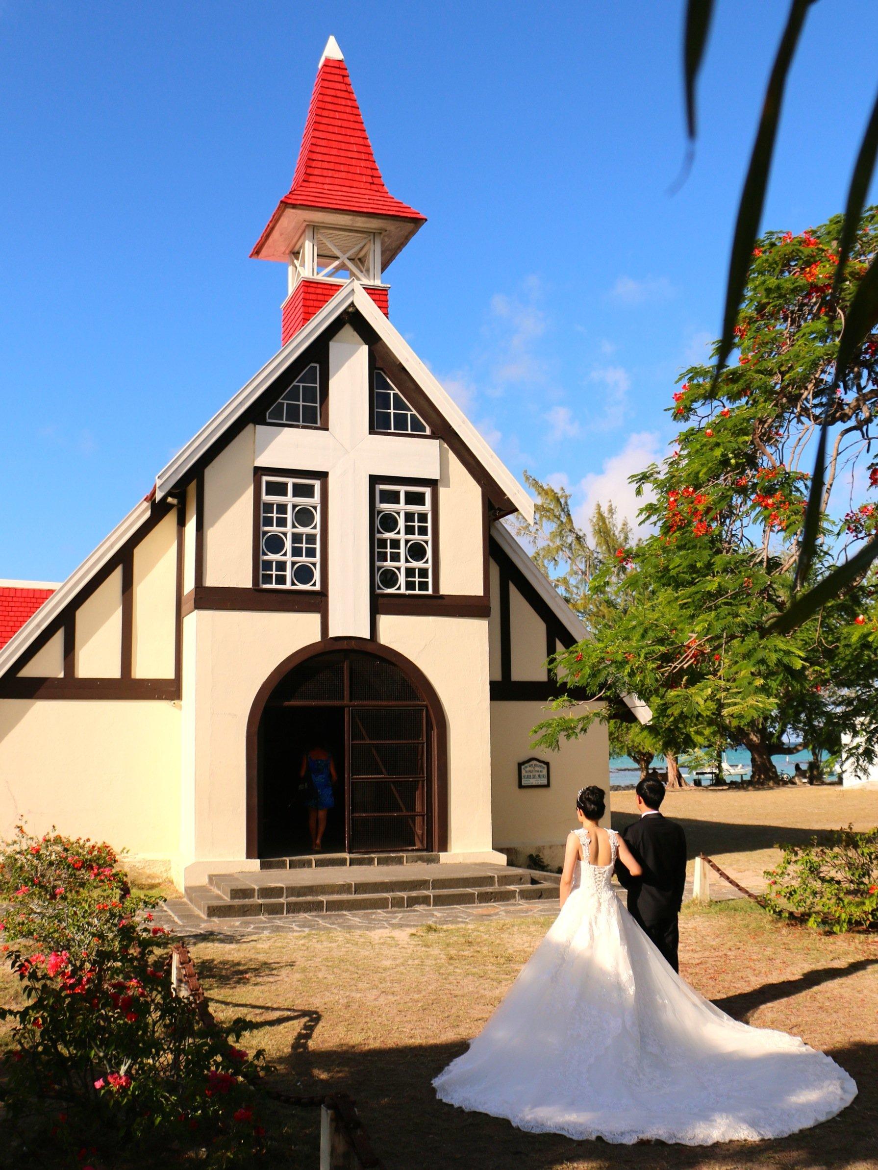 B N°2 Eglise toit rouge et mariés