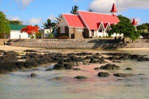 E comme Eglise au toit rouge avec mer au premier plan