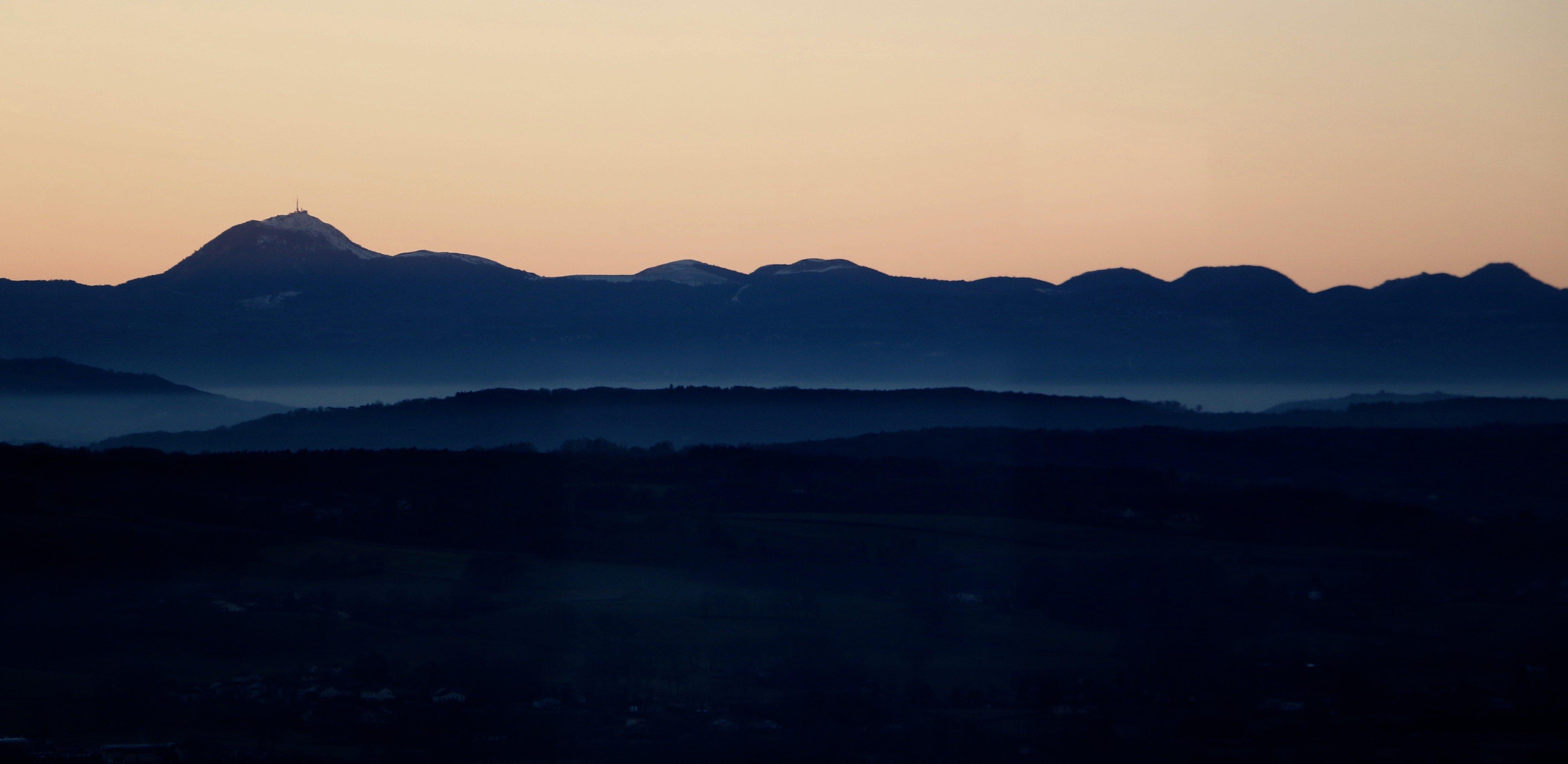 Puy de dome après coucher de soleil