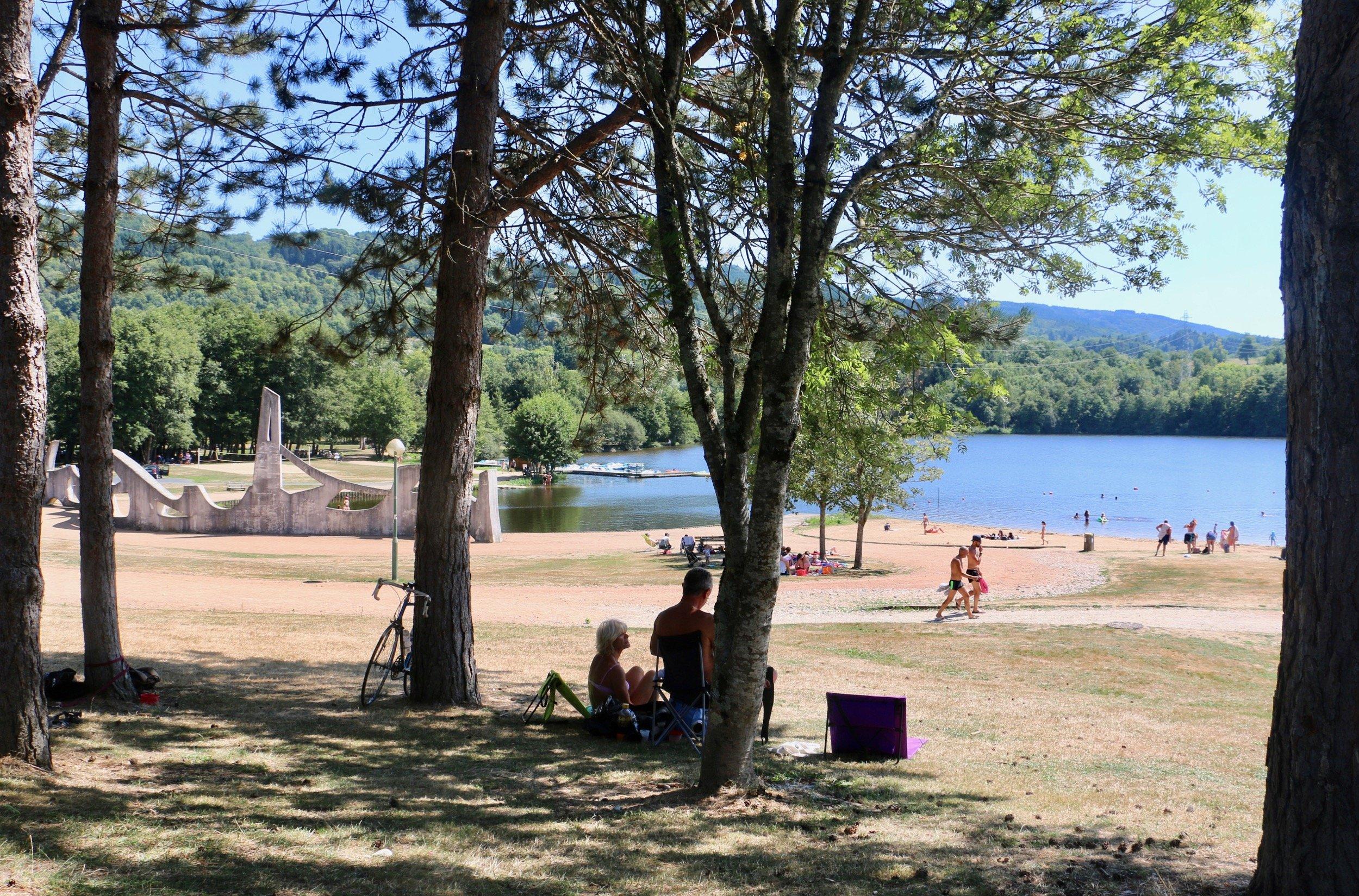 Lac d'aubusson - depuis les sous bois