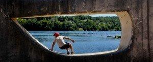 Lac d'aubusson - enfant qui enjambe la satue